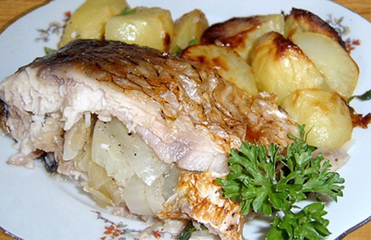 Карась в духовке с картошкой