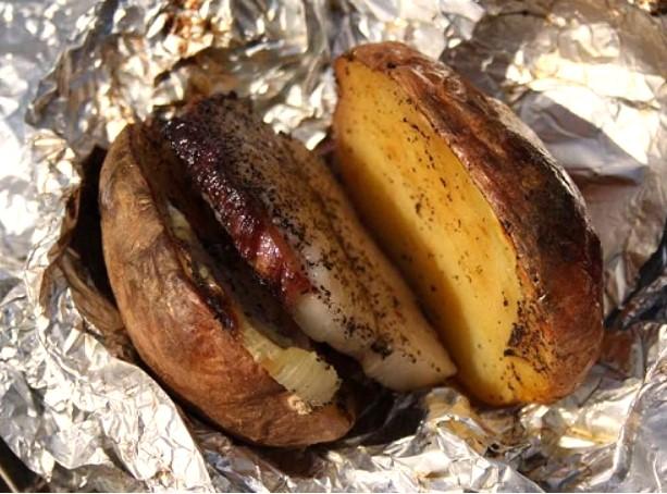 Картошка с салом в фольге на углях