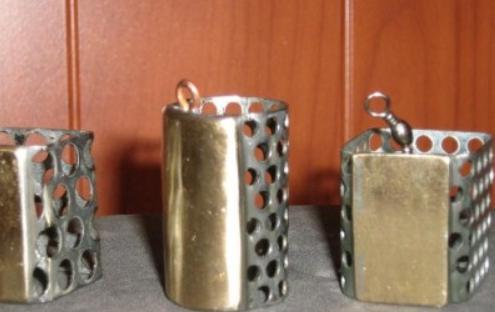 Кормушки из листов металла с отверстиями