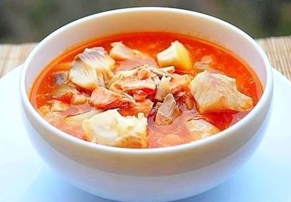 Уха из красной рыбы с томатом и овощами