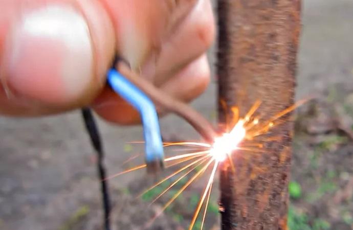 Искры при добыче червей током